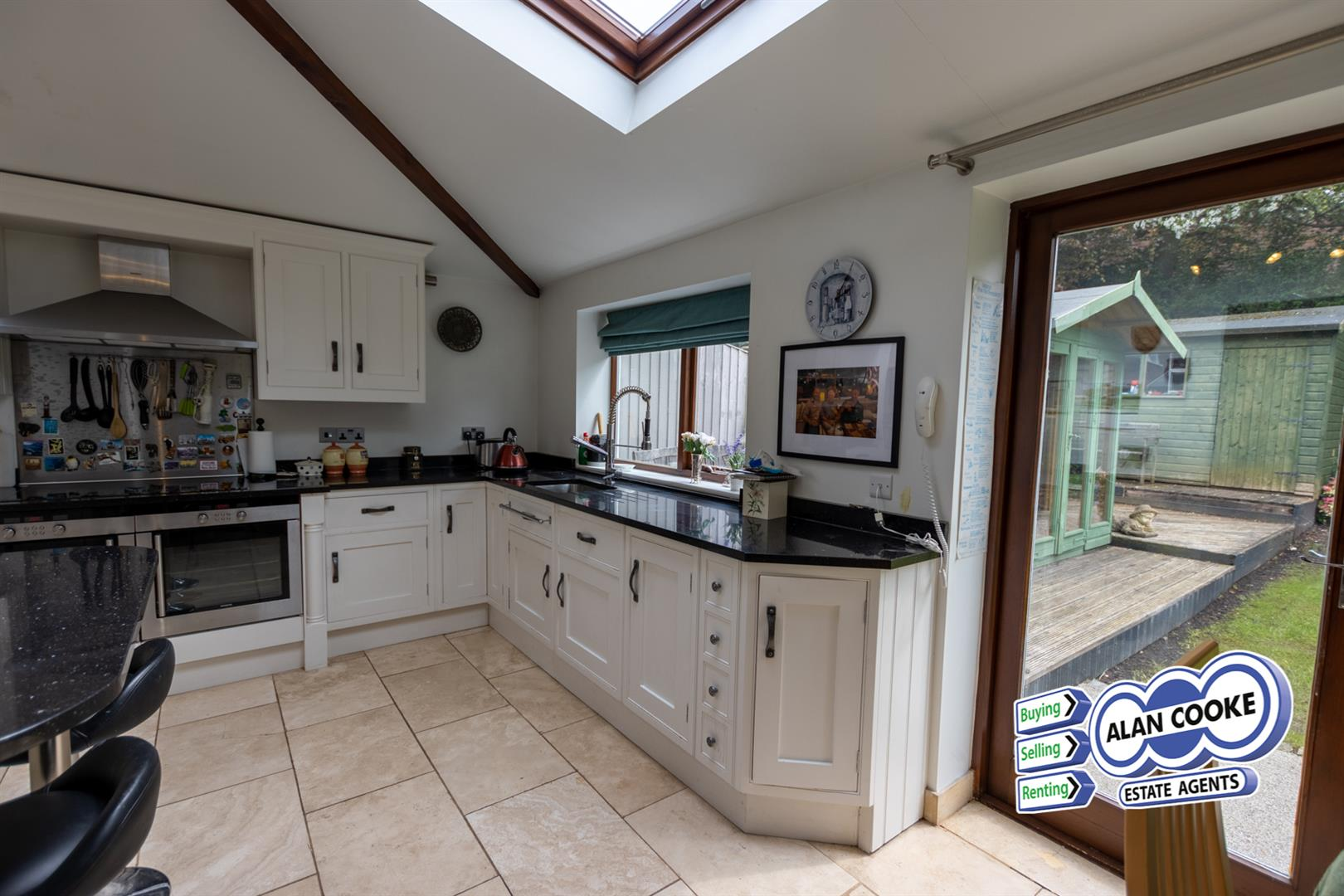 FULLY FITTED BREAKFAST KITCHEN